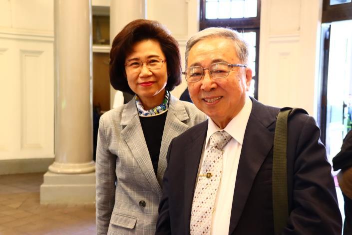 圖1 朱富美秘書長於報到處迎接李鴻禧教授蒞院