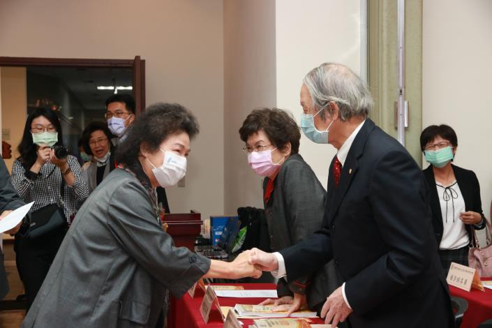 圖4  陳菊院長於監察院建院90周年學術研討會蒞臨會場與貴賓致意