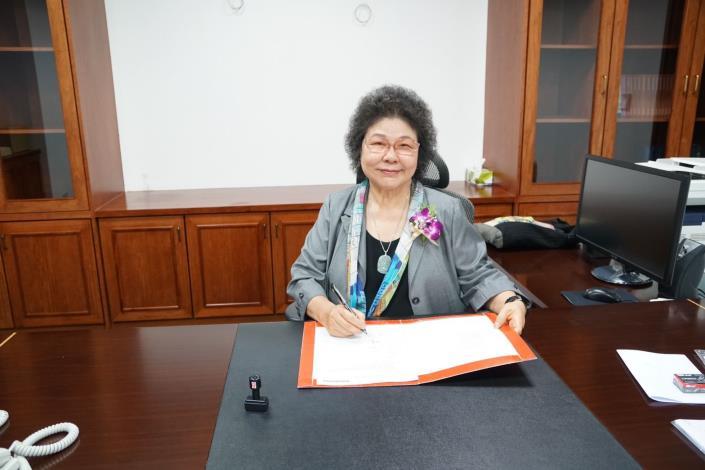 院長兼主任委員陳菊就任後簽署第一份公文