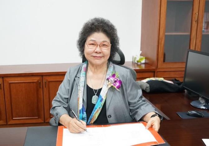 2020年8月1日,國家人權委員會正式成立,監察院長兼首任主任委員陳菊簽署第一份公文留影。