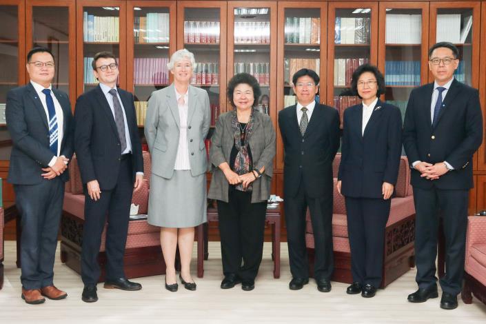 英國在台辦事處唐凱琳代表(左3)拜訪陳菊院長
