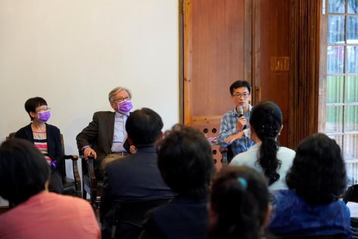 國家人權委員會舉辦紀念國際終止婦女受暴日─「紫」有愛沒有暴活動,女性人權座談會引言貴賓(左起)導演陳麗貴、台灣詩人李敏勇、導演魏德聖。