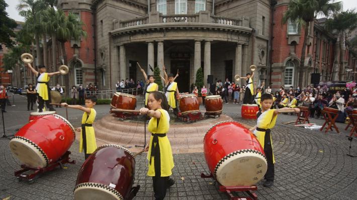 成德國小鼓藝擊樂社於監察院90周年院慶「音樂饗宴」活動中,以精湛鼓藝呈現不同曲風與戲劇效果,帶給現場觀眾鼓舞人心的震撼演出。