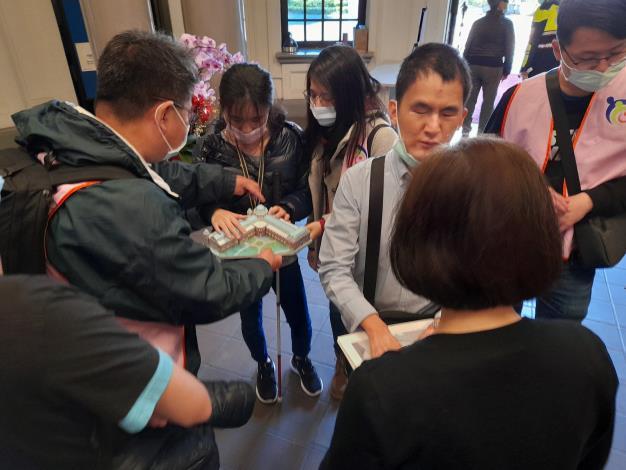 視障青年團體參訪監察院,導覽志工熱心解說並提供模型觸摸感受古蹟