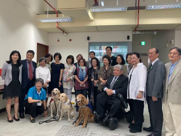 監察院財政及經濟委員會巡察勞動部勞動力發展署參巡委員於台灣盲人重建院與該院院長、導盲犬合影