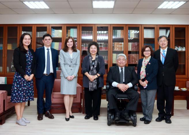 澳洲駐台辦事處代表露珍怡(左3)拜會陳菊院長.JPG