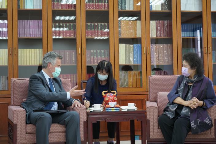 英國在台辦事處代表鄧元翰(John Dennis)4月20日下午拜會監察院院長兼國家人權委員會主任委員陳菊(右),特別推崇陳菊在台灣民主化過程中的努力與貢獻。