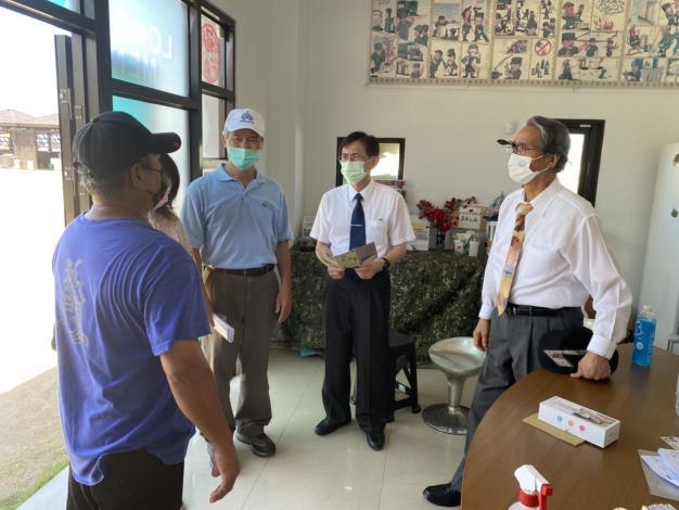 監察委員鴻義章、蕭自佑110 年5月14日實地巡察湖西鄉社區營造計畫湖西龍門閉鎖陣地。