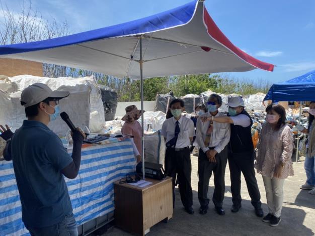 監察委員鴻義章、蕭自佑110 年5月14日實地視察海廢保麗龍回收再利用-湖西鄉城北村減容貨櫃。