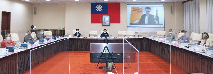 監察院出席IOI第12屆世界會議視訊會議,新任IOI理事長Chris Field(投影幕中)向各會員說明IOI近年推動之改革。