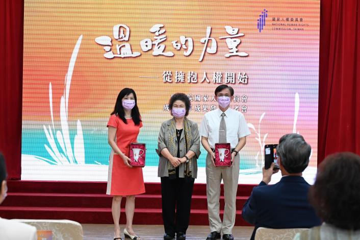 陳菊主委與卸任委員張菊芳及蕭自佑委員