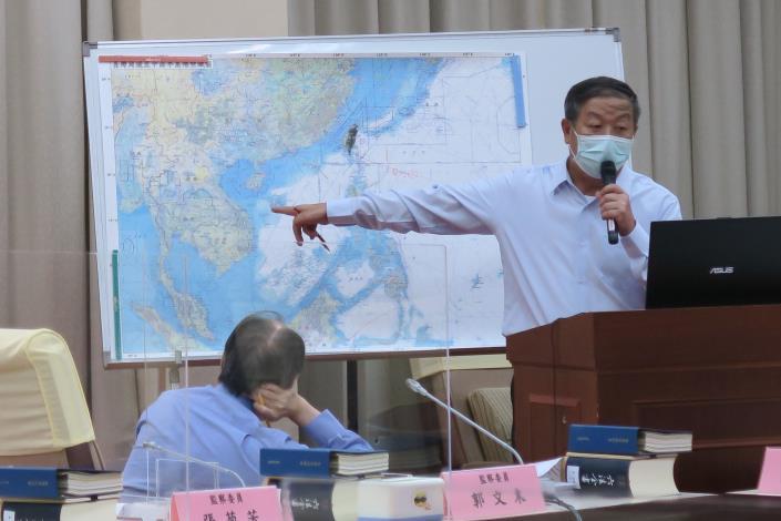 圖二:前參謀總長黃曙光以圖說講解台灣在東亞地緣戰略之重要性.JPG