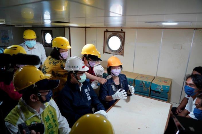 國家人權委員會陳菊主委與高雄市市長陳其邁、立法委員賴瑞隆與印尼籍漁工船上訪談
