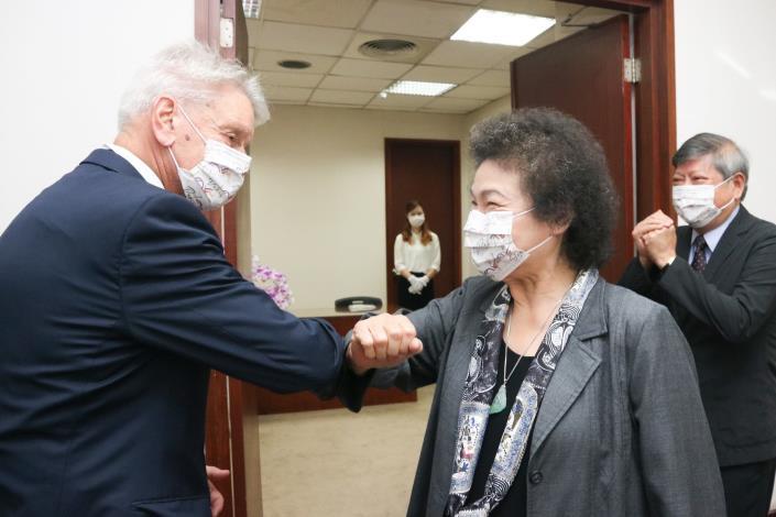 陳菊院長以肘擊歡迎李察主席。