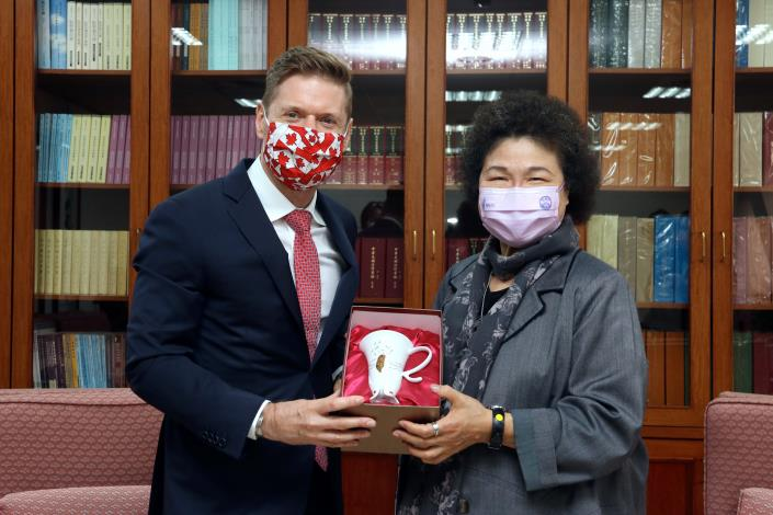 CY President Chu CHEN presents Canadian representative Jordan REEVES with a wild lily porcelain cup..JPG