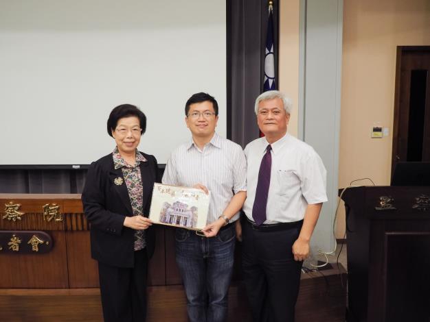 左起:張博雅院長、張恒豪教授、孫大川副院長