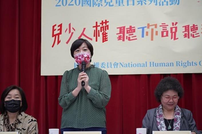 國家人權委員會委員葉大華(站立者)說明「兒少人權─聽你說、聽我說」活動。