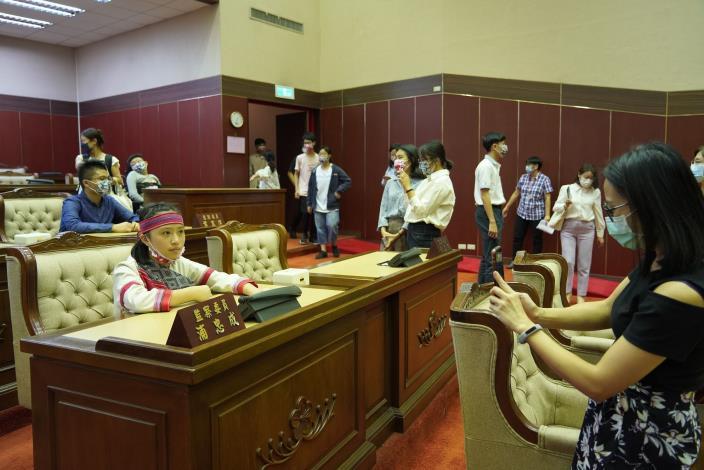 中央、地方與身障團體兒少代表,參加國家人權會舉辦「兒少人權─聽你說、聽我說」活動,監察院安排公關科導覽議場。