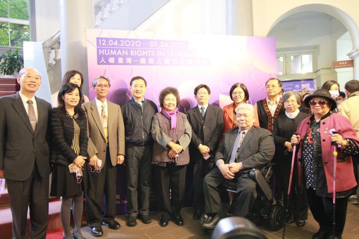 監察院長兼國家人權委員會主委陳菊與多位監察委員,12月4日共同為「人權台灣─國際人權日主題特展」舉行開展儀式。