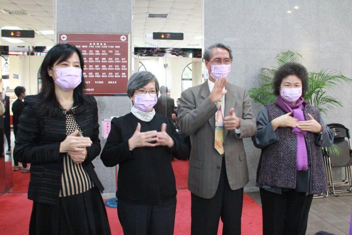 國家人權委員會舉辦「人權台灣─國際人權日主題特展」,監察院長兼主委陳菊(右),與委員(左起)張菊芳、蘇麗瓊、鴻義章,在「身心障礙體驗區」,跟手語老師一起學手語。
