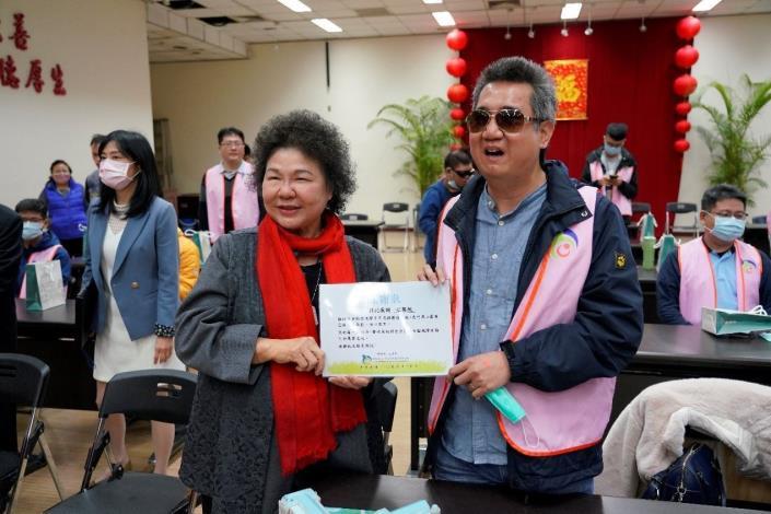 國家人權委員會主委陳菊代表接受視障者家長協會秘書長藍介洲的感謝狀