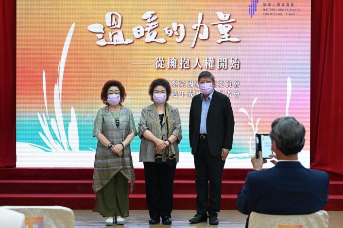 陳菊主任委員與新任委員范巽綠及趙永清委員