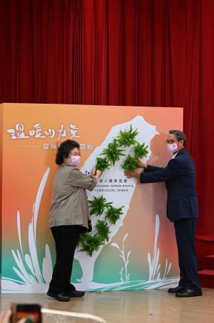 陳菊主任委員及鴻毅章委員共同進行儀式