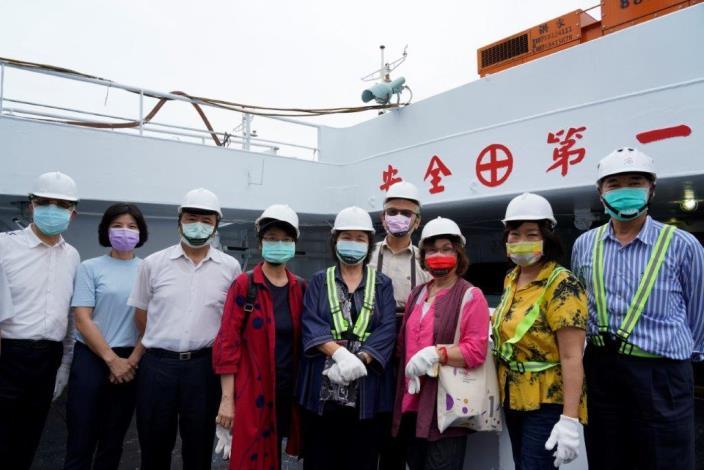 國家人權委員會陳菊主委(右4)偕同王幼玲(右3)、王美玉(左4)、紀惠容(右2)委員及漁業署長張致盛(左3)履勘遠洋漁船