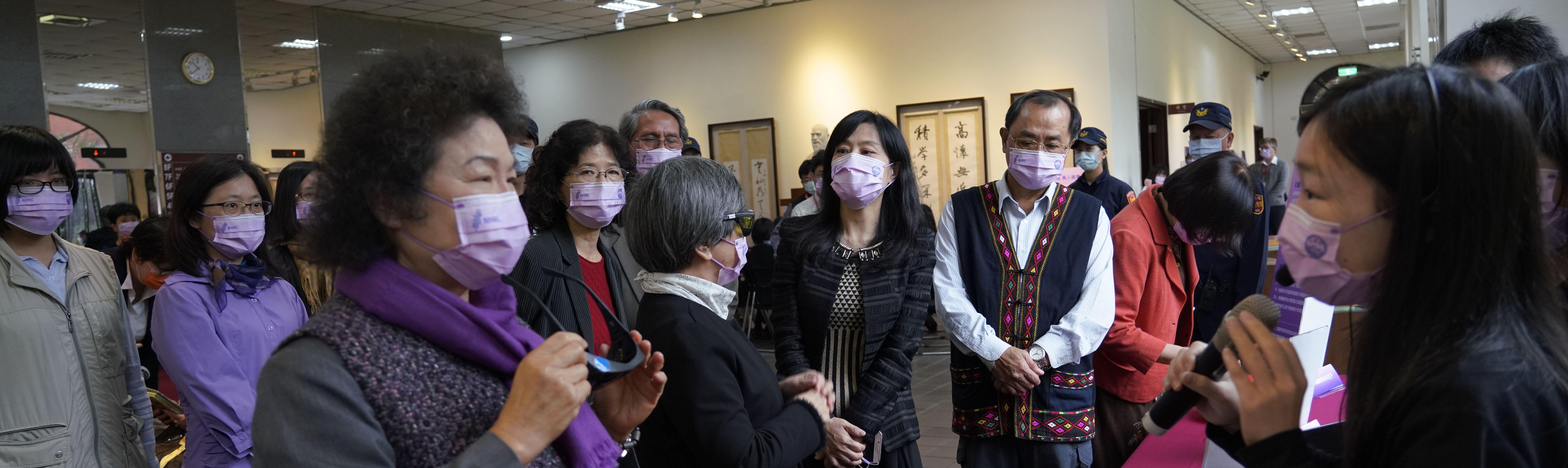 台灣人權阿普貴!蔡總統、陳菊院長齊向聽障者學手語