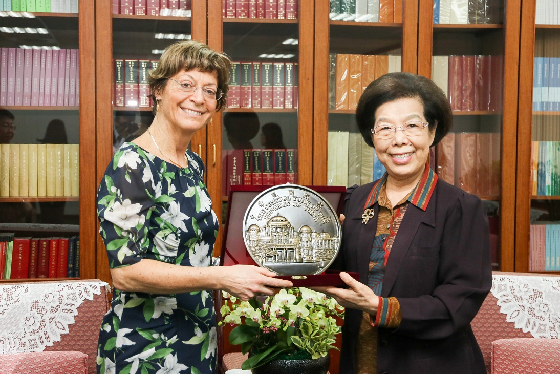 Control Yuan President Chang Po-ya (right) presents a bronze plate with an engraving of the CY building as welcome gift to Victorian Ombudsman Deborah Glass.
