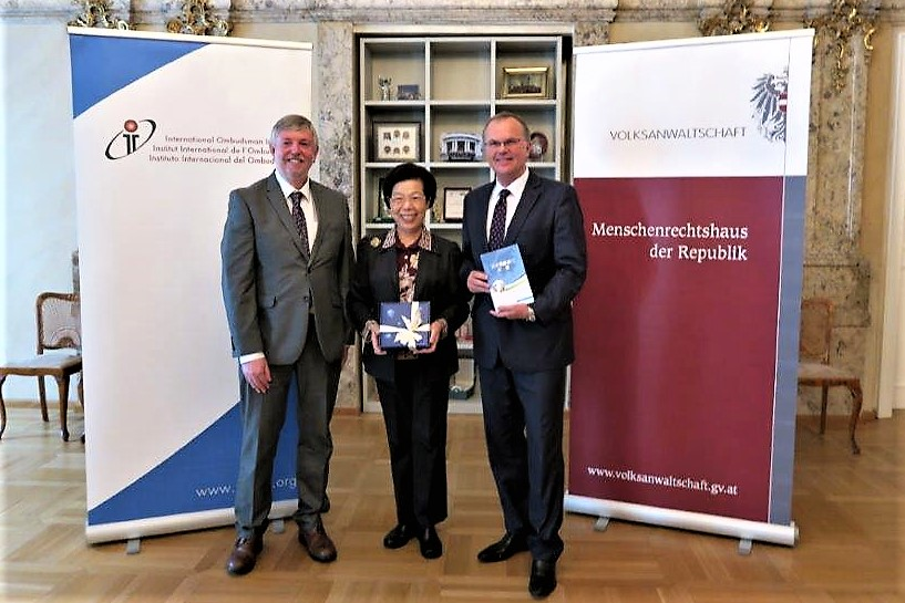 Control Yuan President Chang Po-ya (center) poses for a photo with IOI President Peter Tyndall (left) and Secretary General Günther Kräuter during her visit to the headquarters of the International Ombudsman Institute on June 25, 2018.