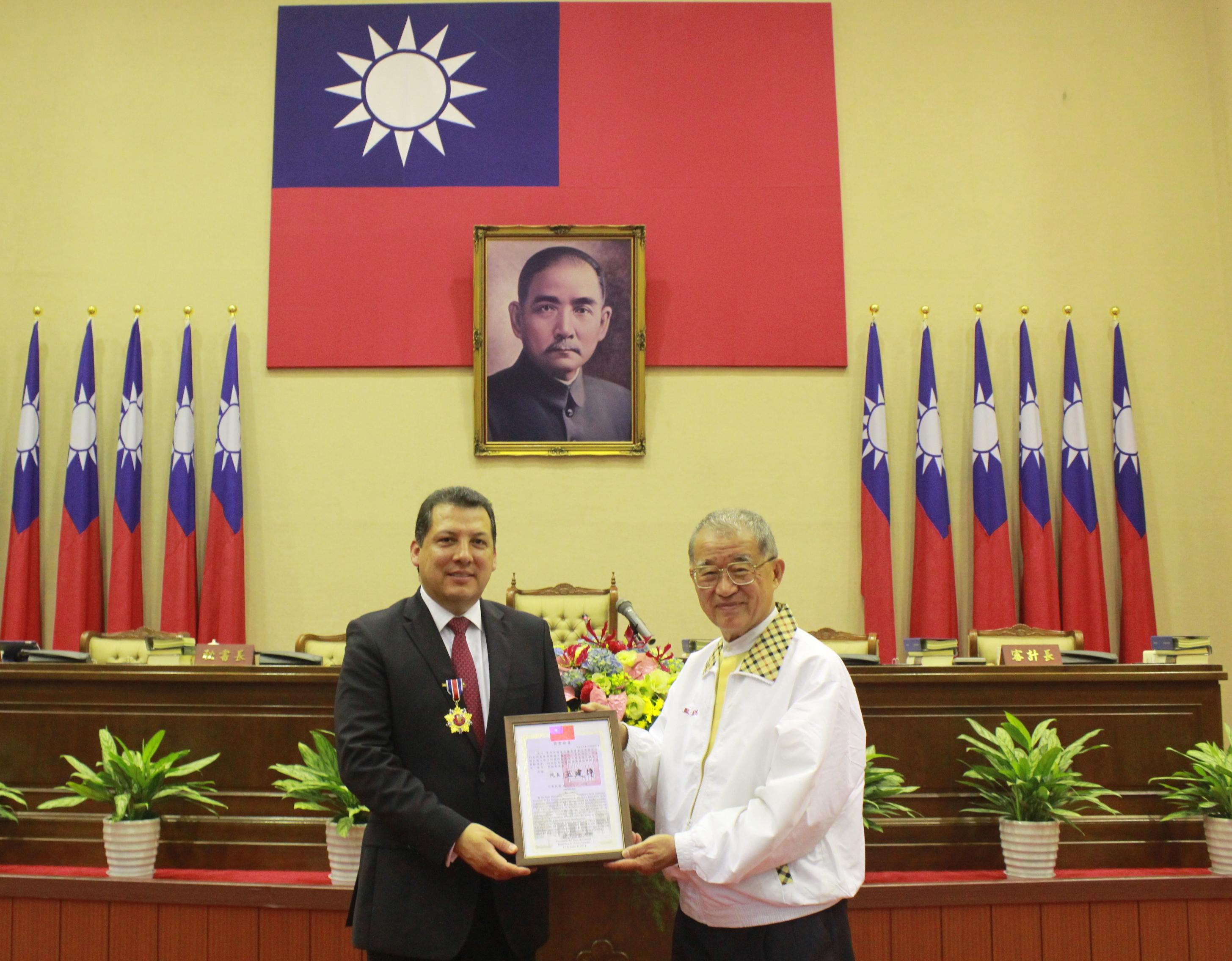 伊比利美洲監察使聯盟主席(FIO)普拉西亞獲頒監察獎章 期盼合作護人權